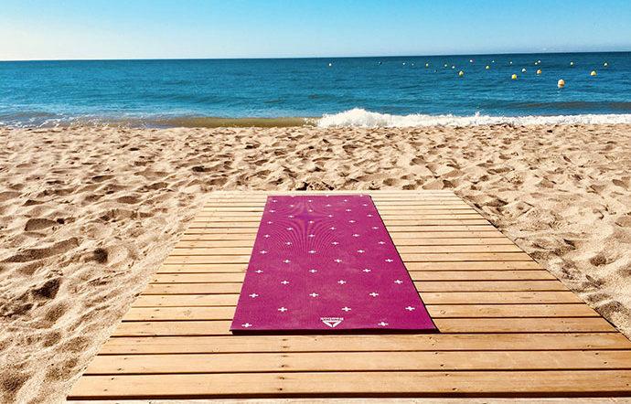 Dopo mesi e mesi di appuntamento fisso quotidiano o settimanale pensi di dover appendere il tappetino yoga in attesa del tuo ritorno dalle vacanze? Niente di più sbagliato! In realtà praticarlo in vacanza è del tutto possibile, anzi! Spesso in luoghi di montagna, di mare o di campagna, lontani dallo stress cittadino, si può anche […]